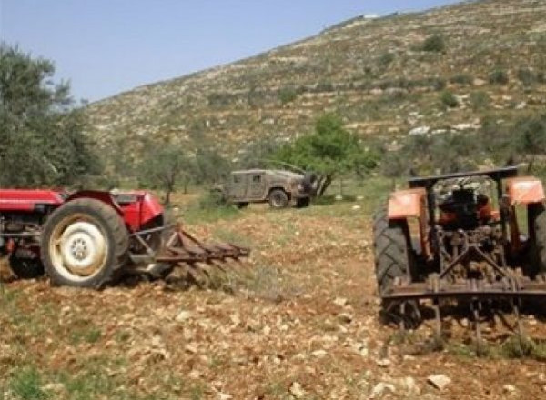 الاحتلال يمنع مزارع من كفر ثلث من استصلاح أرضه ويستولي على جرافة