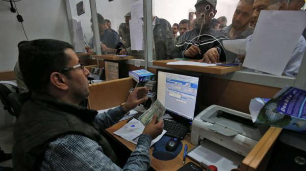 المالية بغزة تواصل صرف رواتب الموظفين
