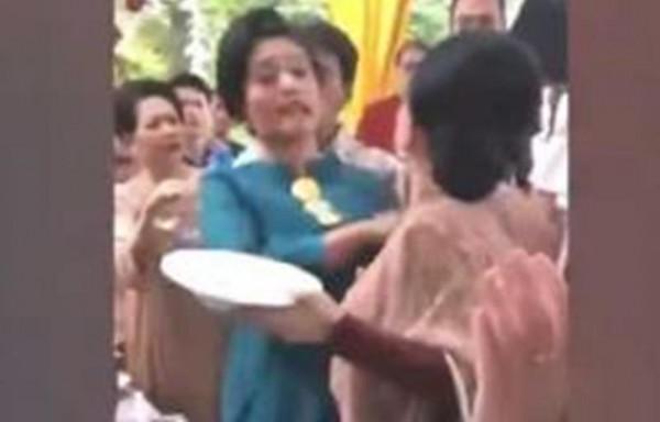 شاهد: شجار حاد بين سيدتين في حفل زفاف بسبب الطعام
