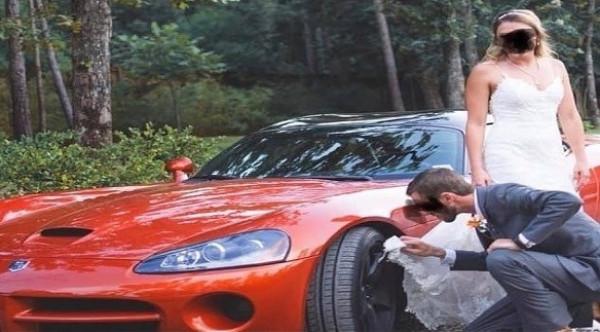 يستخدم ثوب زفاف عروسه لتنظيف عجلة السيارة