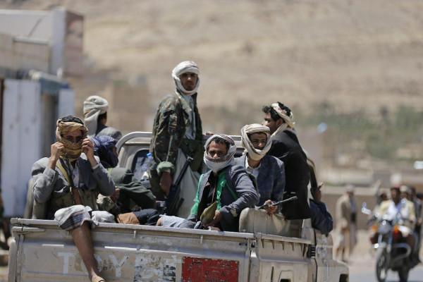 الأورومتوسطي: الحوثيون يحتجزون عشرات المدنيّين الفارين من عدن إلى صنعاء