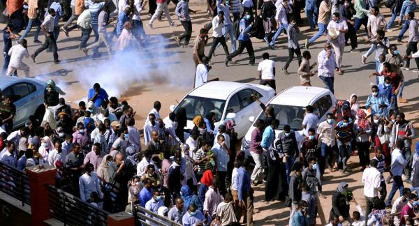 للمطالبة بالخبز والوقود.. آلاف الطلاب يتظاهرون غربي السودان