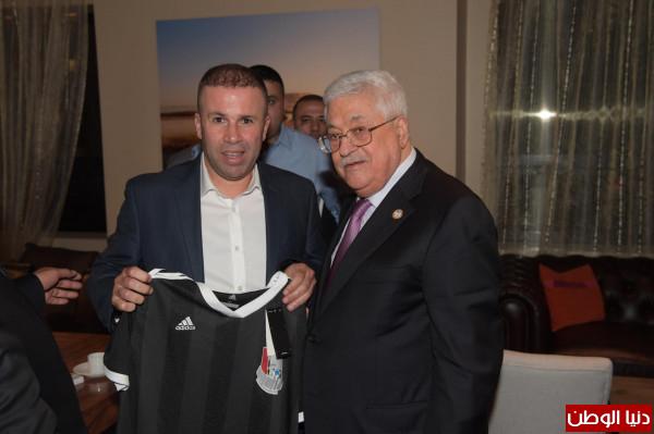 نيويورك... النادي الفلسطيني الأمريكي يهدي الرئيس عباس قميصه الجديد