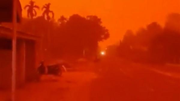 مشهد غريب وفريد.. مدينة إندونيسية تكتسي باللون الأحمر بالكامل