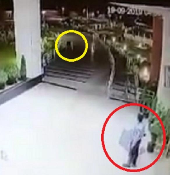 غريب ومخيف: شاهد كرسيًّا يتحرك بنفسه ليلاً ويصيب حارس أمن بالرعب
