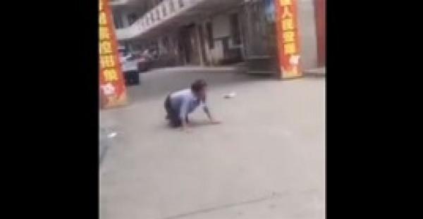 نهاية مروعة لامرأة تسير وتنبح كالكلاب في الشارع