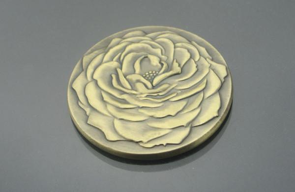 (دار سك) الكندية تقدم العملة الأولى من نوعها على شكل زهرة الخشخاش