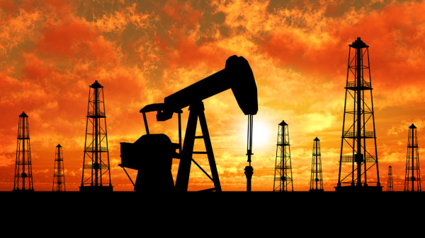 انخفاض مفاجئ بمخزونات الخام الأمريكية يرفع أسعار النفط