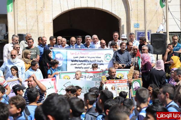 بلدية دورا تشارك في الوقفة التضامنية مع الأسير المريض أحمد غنام