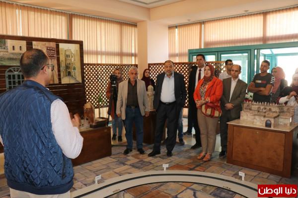 رئيس بلدية الخليل يفتتح معرض حجرلوجيا في مجمع إسعاد الطفولة