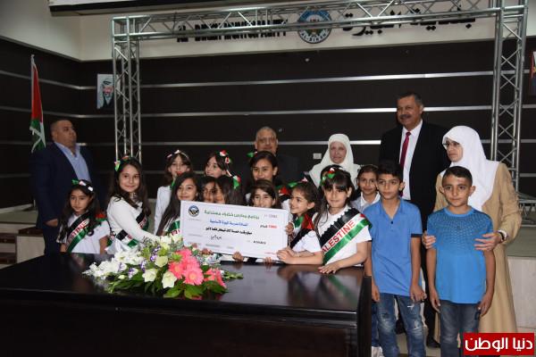 بلدية البيرة تكرم المدارس الفائزة في برنامج المدارس الخضراء المستدامة