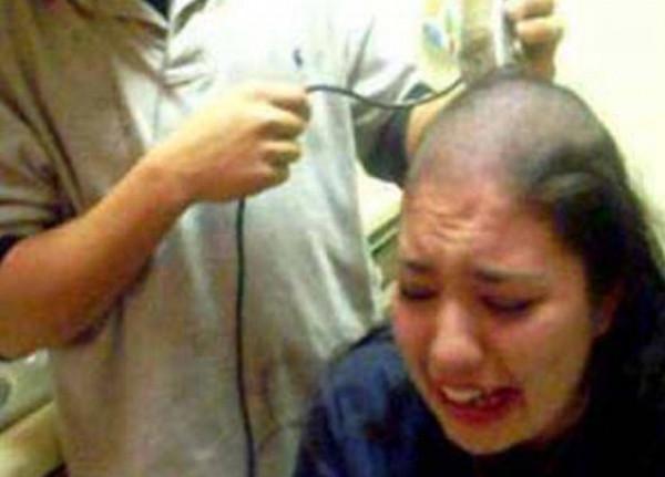 رجل يحلق رأس زوجته بعدما عثر على شعرة في وجبة الإفطار