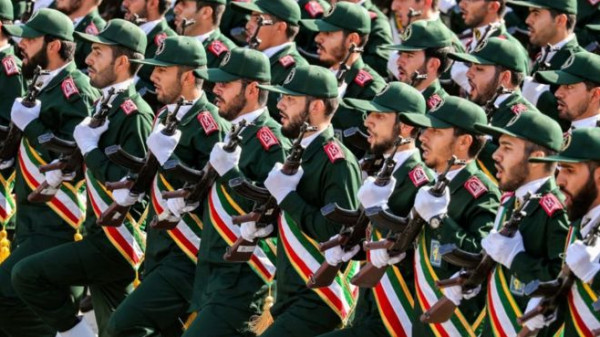 """بسرعة 90 عقدة بحرية.. """"الثوري الإيراني"""" يزيح الستار عن زوارق بحرية"""