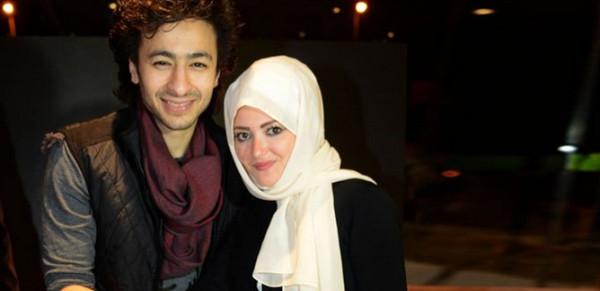 زوجة حمادة هلال من دون حجاب ولا قبعة.. وموجة من الانتقادات القاسية
