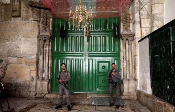 جيش الاحتلال يُخرج القواطع الخشبية والخزائن من مصلى باب الرحمة