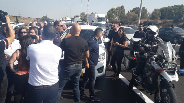 شاهد: قافلة سيارات عربية تغلق أهم شوارع إسرائيل احتجاجاً على تفشي الجريمة