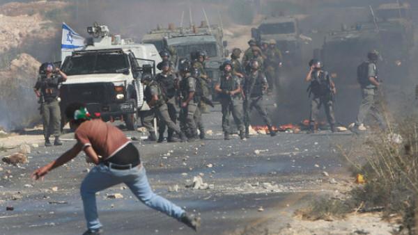 إصابة طلبة بالاختناق من قبل قوات الاحتلال بدير نظام برام الله
