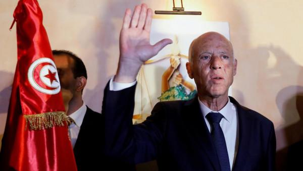 """يُطلق عليه """"مُرشح فلسطين لرئاسة تونس"""" ويرفض التطبيع.. من هو قيس سعيد؟"""