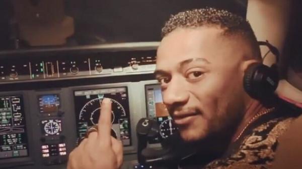 شاهد: محمد رمضان يقود طائرة ركاب مدنية