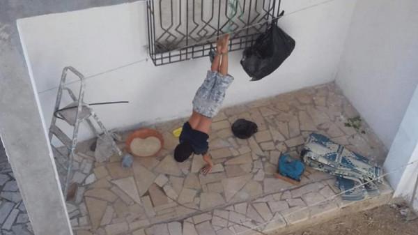 أثارت جدلاً كبيراً بتونس.. أب يعنف طفله بطريقة وحشية