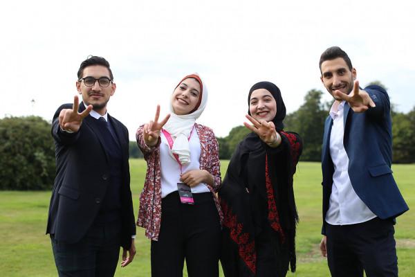 """ثلاثة طلبة من جامعة القدس يجلسون على عرش قصر """"آشردج"""" في لندن"""