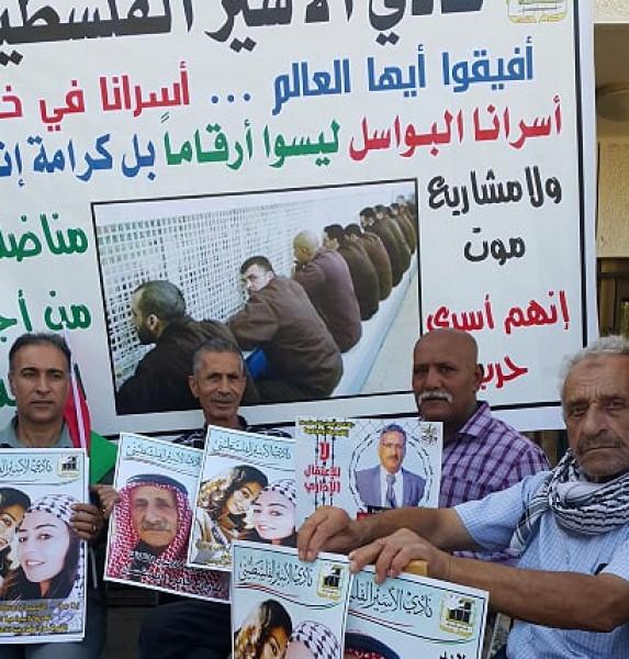 وقفة تضامنية أمام الصليب الأحمر مع المضربين والأسيرة اللبدي والقيادي جابر