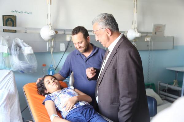 محافظ طولكرم يتابع الحالة الصحية للطالبة بطران بعد تعرضها لحادث سير