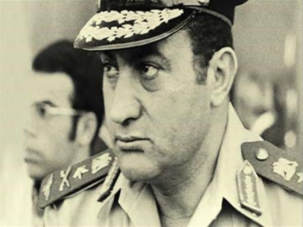 """شاهد: مبارك يكشف: لماذا أخفى موعد """"الضربة الجوية"""" عن مساعديه؟"""