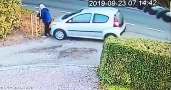 """شاهد: سيارة تعاقب صاحبتها على """"خطأ لا يغتفر"""""""