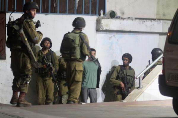 الاحتلال يعتقل أربعة مواطنين في حملة مداهمات بالضفة