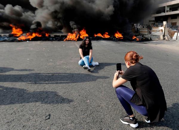 شاهد: احتجاجات لبنان تتحول لفرصة لالتقاط الصور مع النيران المشتعلة