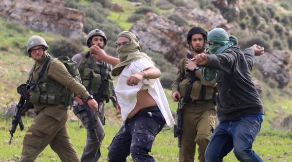 إصابة ثلاثة فلسطينيين باعتداءات للمستوطنين على المزارعين في قرية بورين بنابلس