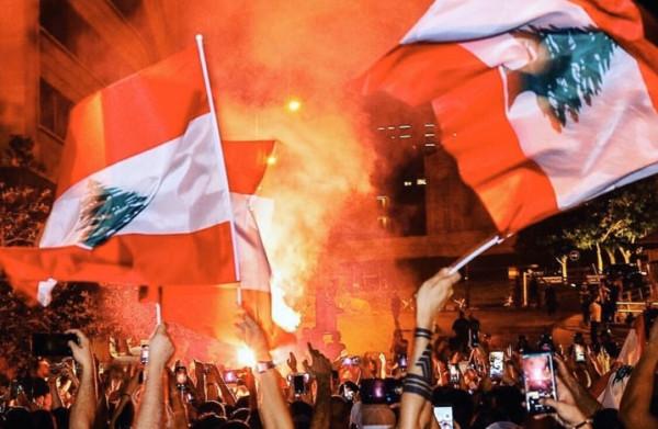 """رداً على الحكومة اللبنانية.. شاهد: آلاف المتظاهرين بصوت واحد """"إنساي ويلا باي"""""""