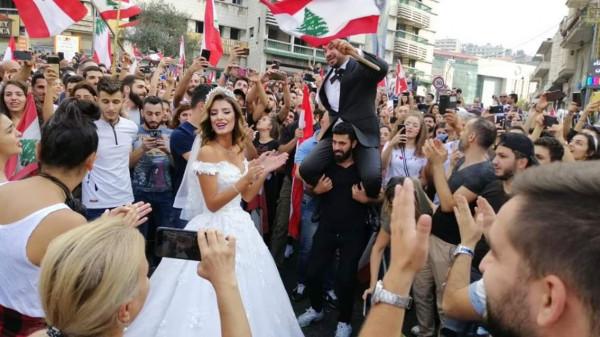 خمسة مشاهد طريفة من مظاهرات لبنان.. الفرح وحمام سباحة فى قلب الميدان