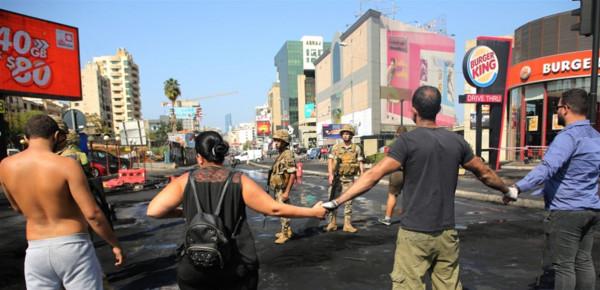 """لبنان.. مفارقتان في التظاهرات الشعبية: تظاهر المسيحيين و""""تضامن"""" الجيش"""