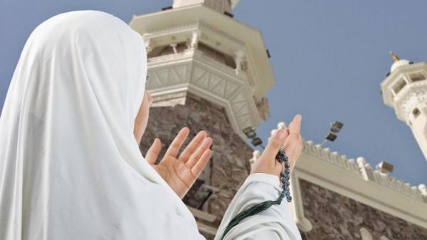 السعودية تدرس إلغاء شرط المَحْرم للنساء القادمات لأداء العمرة