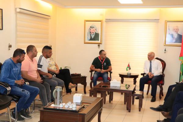 المحافظ حميد يلتقي وفد كشافة قرية الولجة