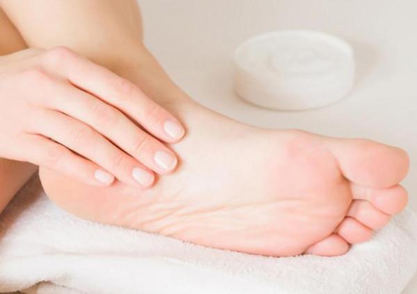 """5 وصفات طبيعية لعلاج تشققات القدمين.. """"مهمين فى الشتاء""""   دنيا الوطن"""