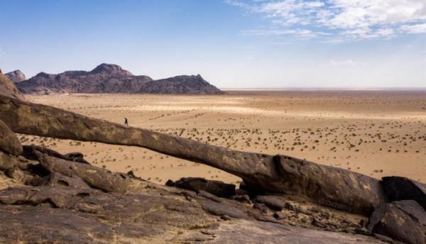 مشاهد خلابة لقوس صخري عجيب يخطف الأنظار بالسعودية