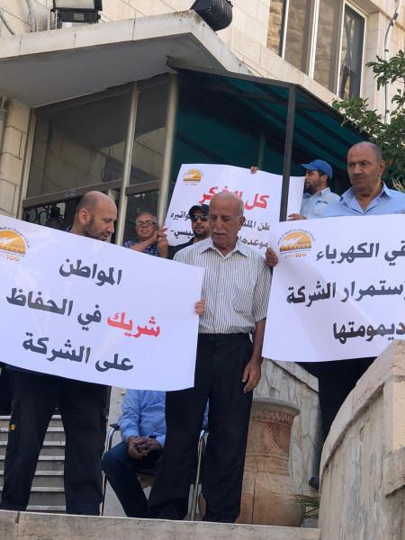 """شاهد: اعتصام لـ""""عاملي كهرباء القدس"""" بعد تسلم الشركة الإنذار الثاني بقطع الكهرباء بنوفمبر"""