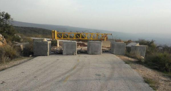 قوات الاحتلال تُغلق مدخل بلدة بيت أمر بالمكعبات الإسمنتية