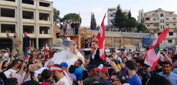 """شاهد: """"عرس الثورة"""".. زفافٌ جديد بمشاركة الآلاف في مظاهرات لبنان"""