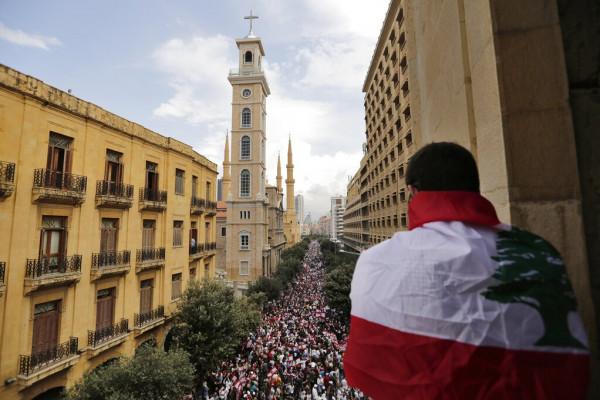 دعوات لبنانية للاستمرار بالاحتجاجات والحكومة تبحث إصلاحات الحريري