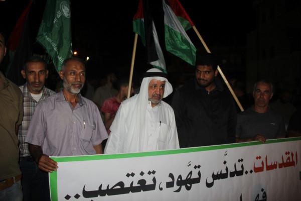 حماس بـ(ديرالبلح) تنظم وقفة تضامنية مع المرابطين في المسجد الأقصى