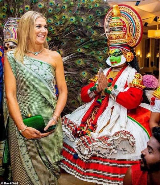 ملكة هولندا تخطف الأنظار بفستان هندي مميز