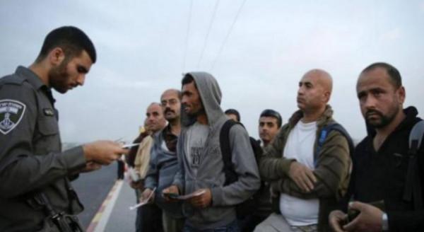 (هآرتس): ثُلث العمال الفلسطينيين يُجبرون على الدفع للوسطاء للحصول على تصريح عمل