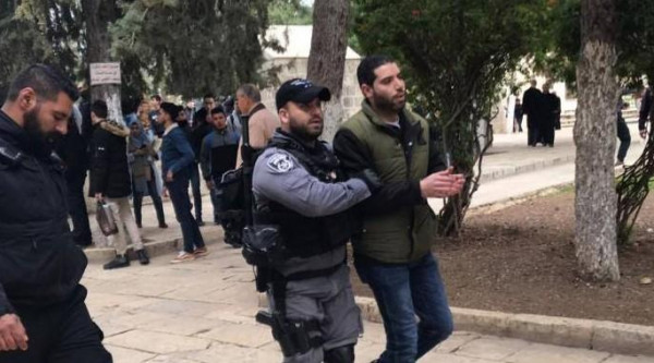 قوات الاحتلال تفرج عن خمسة مواطنين شرط الإبعاد عن الأقصى