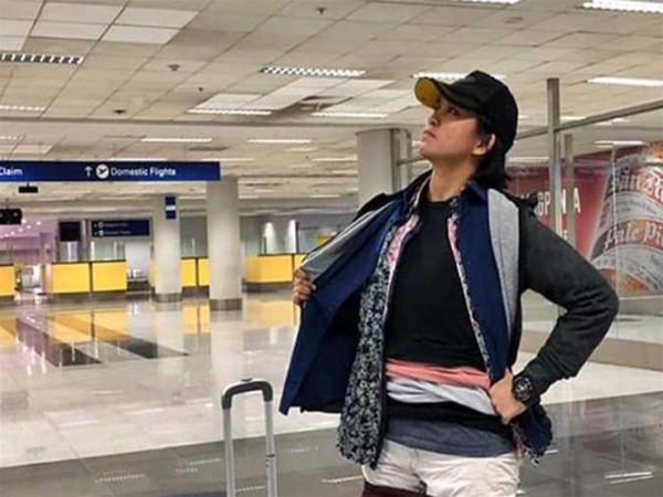 سيدة ترتدى كل ملابسها في المطار وتنصح بعدم تقليدها.. اعرف السبب