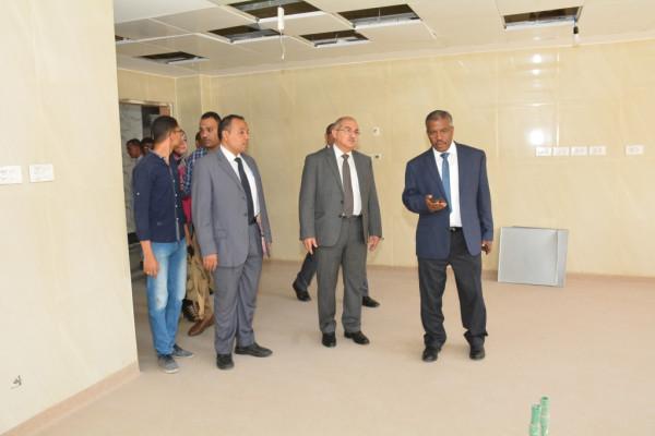 رئيس جامعة أسيوط فى جولة مفاجئة بالمستشفى الجامعى لتفقد إنشاء معمل الباثولوجى