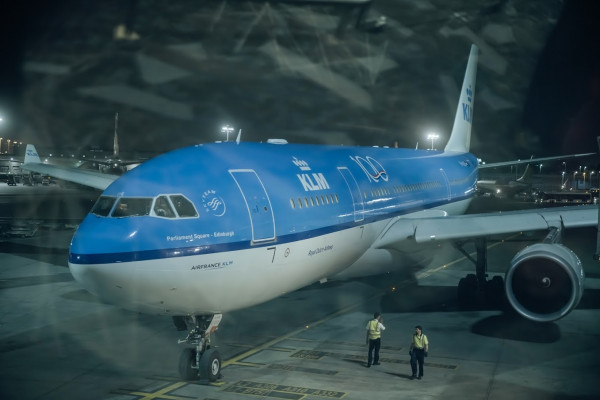 مطارات أبوظبي تشارك في احتفال الخطوط الجوية الهولندية بمرور 100 عام عليها